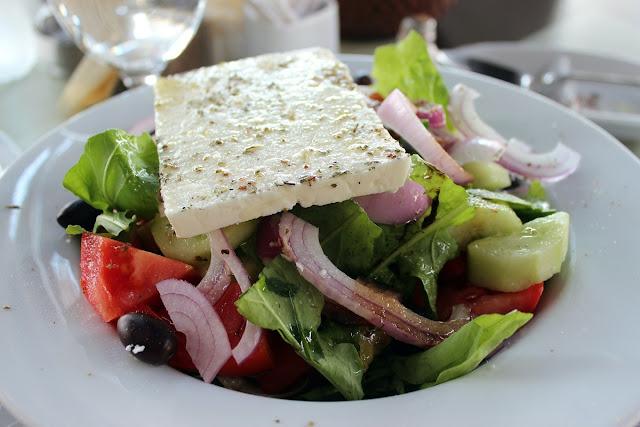 Φέτα. Το καθαρά ελληνικό προϊόν που κέρδισε την παγκόσμια αγορά. Γιατί είναι πιο υγιεινή από άλλα τυριά όπως η παρμεζάνα
