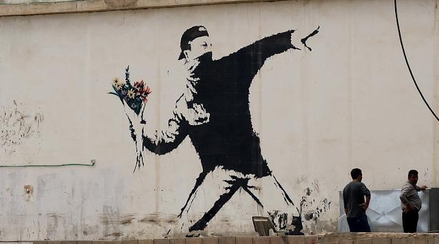 謎のアーティスト?バンクシーの現代を風刺する落書きアート【art】 花束、火炎瓶