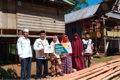 Baznas Salurkan Bantuan KAHMI Maros Peduli ke Korban Pohon Kelapa Tumbang
