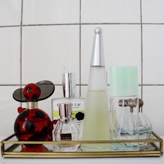 Posso guardar perfumes no banheiro?