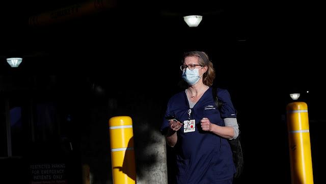 """""""Te perdono mamá, te amo"""": Gracias a una enfermera pudo despedirse por videollamada de su madre que murió por coronavirus"""