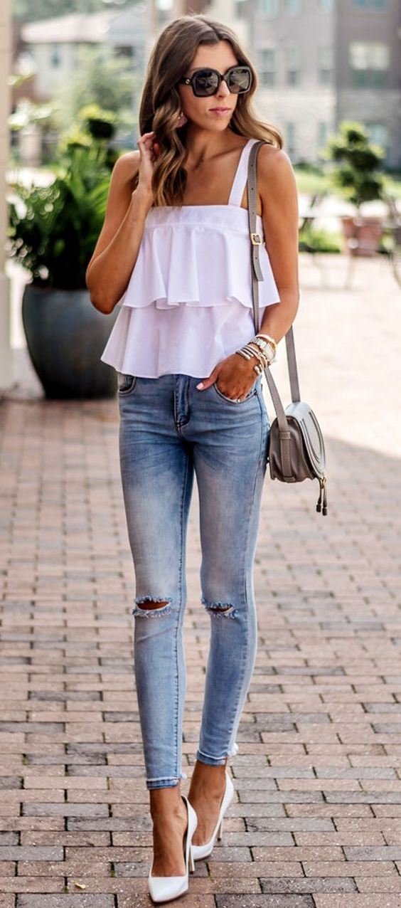 how to wear a pair of white heels : white top + bag + rippe jeans
