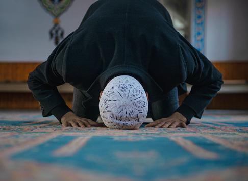 Wajibkah Makmum Baca Fatihah di Tiap Rakaat Shalat?