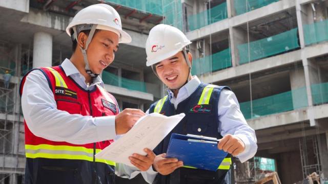 Kỹ sư xây dựng đang làm việc trong bộ đồng phục bảo hộ