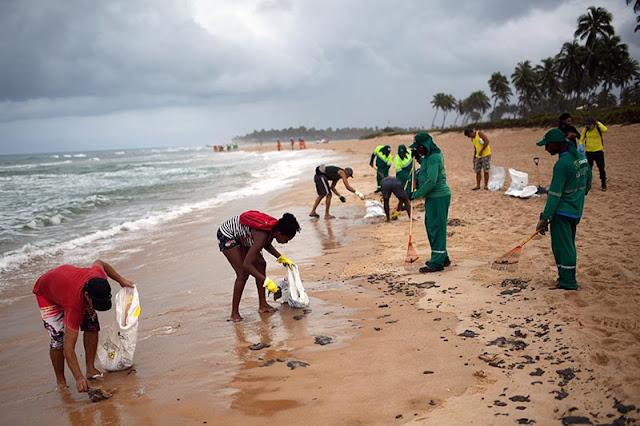 Екологично бедствие: Десетки плажове в Бразилия замърсени с петрол (ВИДЕО)