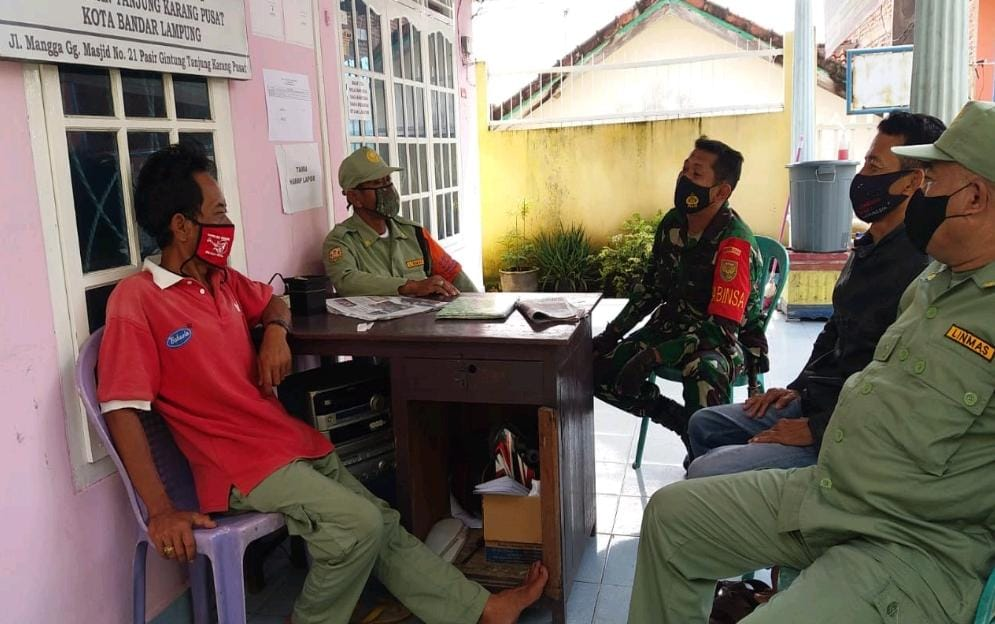 Melalui program Komsos, Babinsa Koramil 410-05TKP Kodim 0410KBL Serma Desrijal, laksanakan kegiatan sambang warga di Kelurahan Pasir Gintung