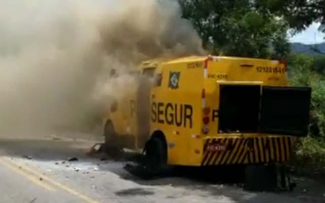 Jacobina: Quadrilha fortemente armada explode carro-forte na BR-324