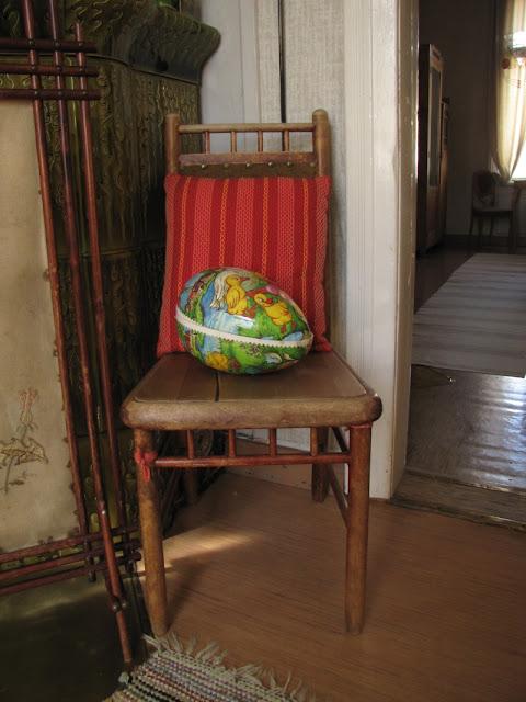 Tuolin päällä on suuri värikäs muna.