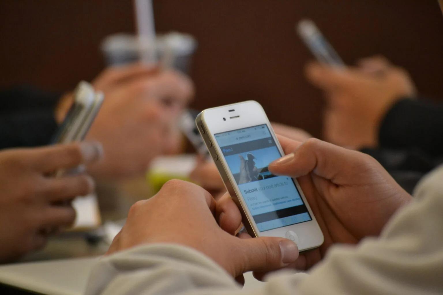 Gobierno de Pakistán amenaza con cortar el servicio de teléfonos celulares a los que no se vacunen