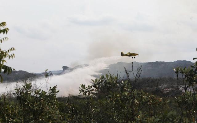Avião air track lançando água em área atingida pelo incêndio em outubro deste ano na Chapada Diamantina (Foto: Paula Fróes/GOVBA)