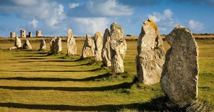 Carnac taşları, neolitik dönemden kalma peşi sıra dizilmiş 3.000 taştan oluşmaktadır.