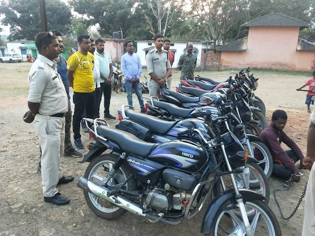 BIG ब्रेकिंग पत्रवार्ता : जशपुर पुलिस को मिली बड़ी कामयाबी,चोरी की 7 मोटरसाइकिल के साथ मुख्य आरोपी गिरफ्तार,अन्य जिलों में अपने 2 फरार आरोपियों के साथ देते थे बाईक चोरी की घटना को अंजाम,चोरी के आरोपी ने पुलिस को बताई ये बात....?
