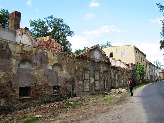 Ruiny zespołu pałacowego w Bukowcu.
