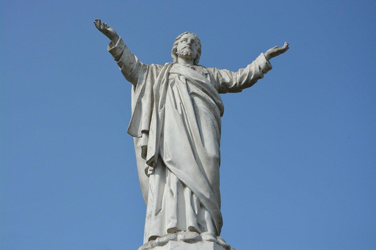 estatua de jesus cristo de braços abertos