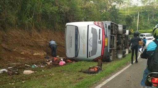 Bus pariwisata terguling di tanjakan emen, subang