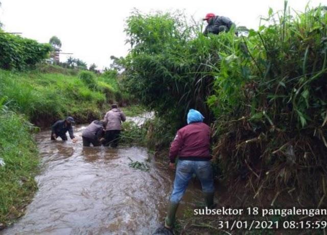 Karya Bakti Sungai Satgas Sektor 21-18 di Desa Margamulya