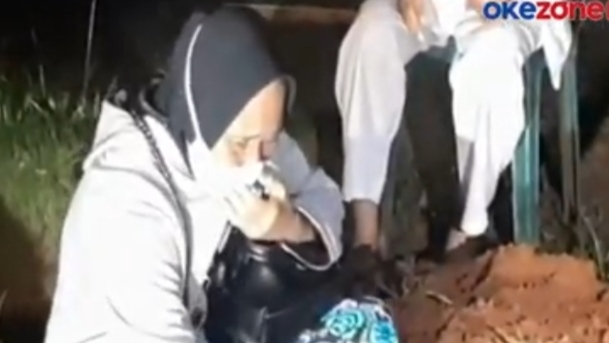 Tangis Ibunda Zakiah Aini Sebelum Tinggalkan Makam Putrinya: 'Kamu Anak yang Baik'