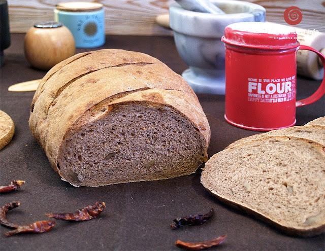 Pikantny ciemny chleb pszenno-żytni z orzechami