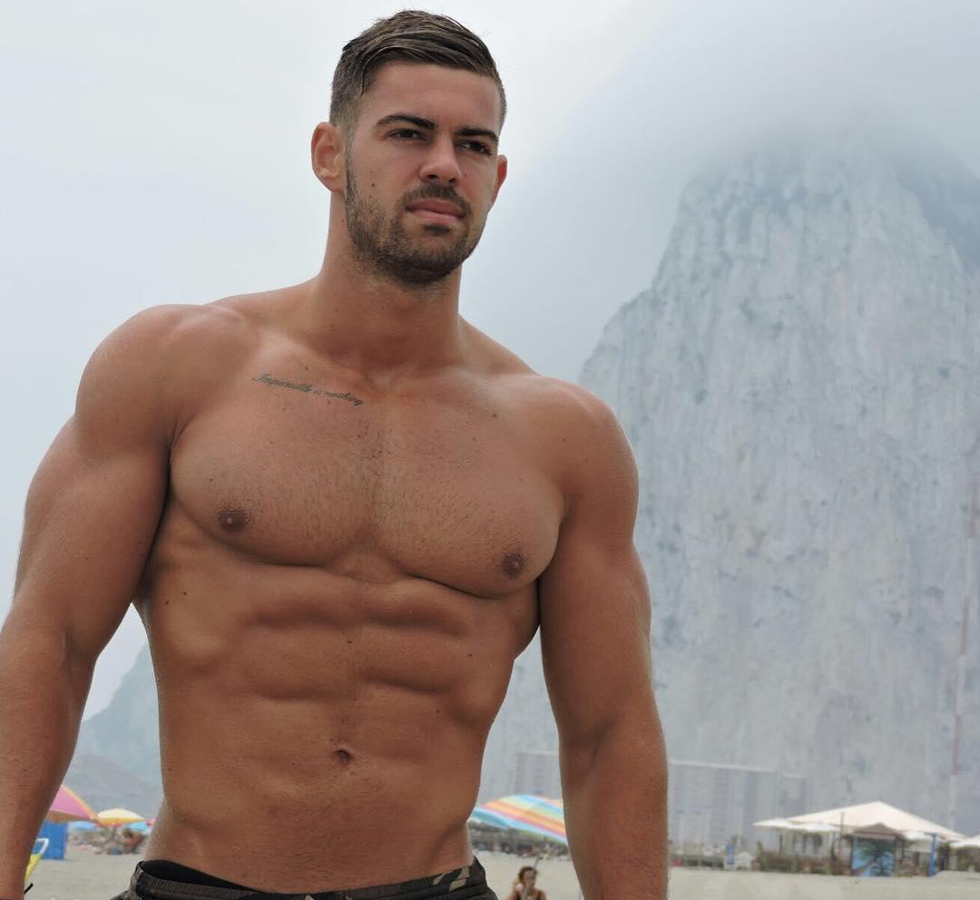 shirtless-beefy-brazilian-guy-wide-shoulders