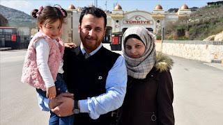 """انتقلت الطفلة السورية """"سلوى"""" برفقة أسرتها، إلى تركيا، بعد أن اشتهرت على مواقع التواصل الاجتماعي بـ """"لعبة الحرب"""" في محافظة إدلب.  وعبرت الطفلة وأسرتها، معبر """"باب الهوى"""" في قضاء ريحانلي بولاية هطاي جنوبي تركيا."""