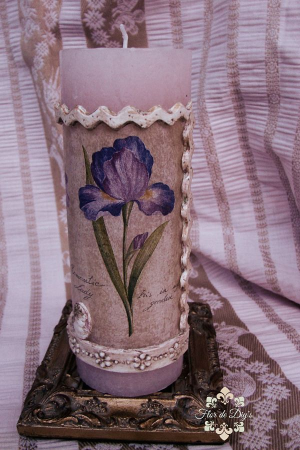 vela-con-decoupage-de-iris-y-molduras-patinadas-flor-de-diys