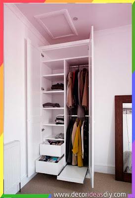 تصميم دولاب بسيط خاص بالملابس في زاوية الغرفة