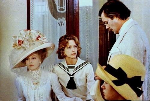 La baronne Moes (Silvana Mangano), son fils Tadzio (Björn Andresen), et Gustav von Aschenbach (Dirk Bogarde) dans Mort à Venise de Luchino Visconti (1971)