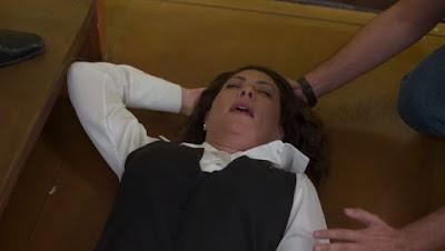 Nana (Fabiula Nascimento) sofre acidente na escada da editora em 'Bom Sucesso' — Foto: TV Globo