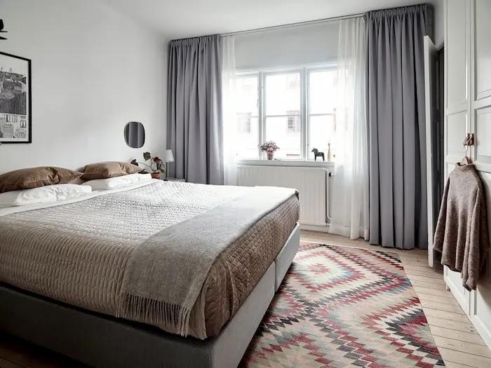 Dormitorio de estilo nórdico con paredes blancas