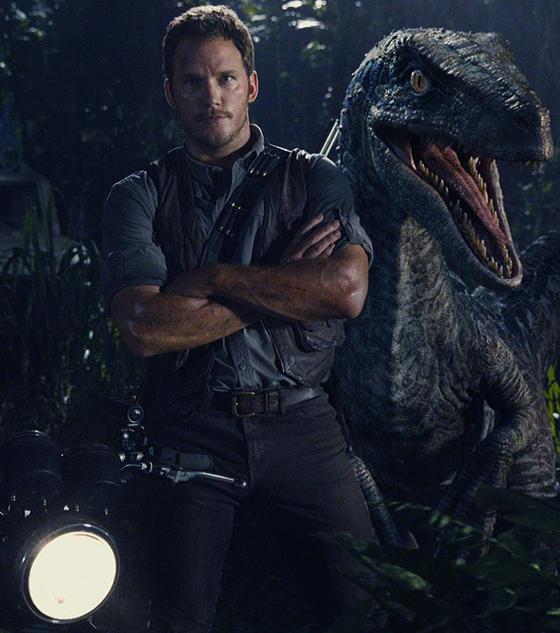 Chris Pratt în Jurassic World alături de un Raptor