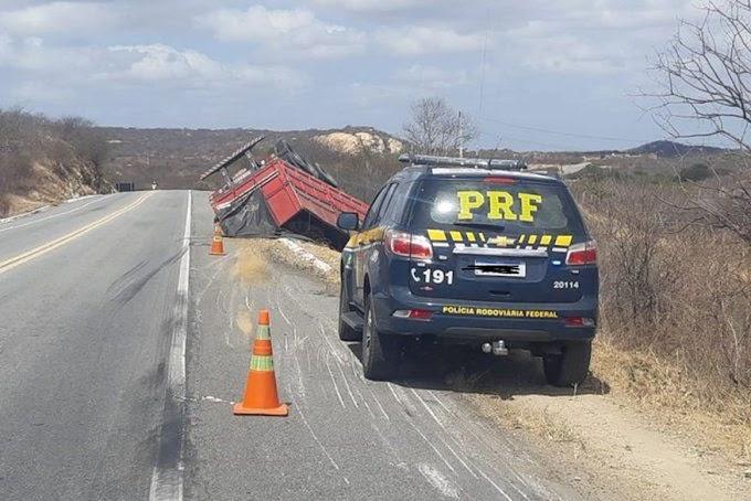 Veículo de carga tomba na BR-230, em Santa Luzia
