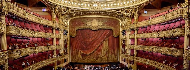 Wnętrze pięknego teatru, czerwień i złoto