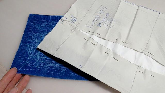Papel de calco color azul posicionado bajo la tela