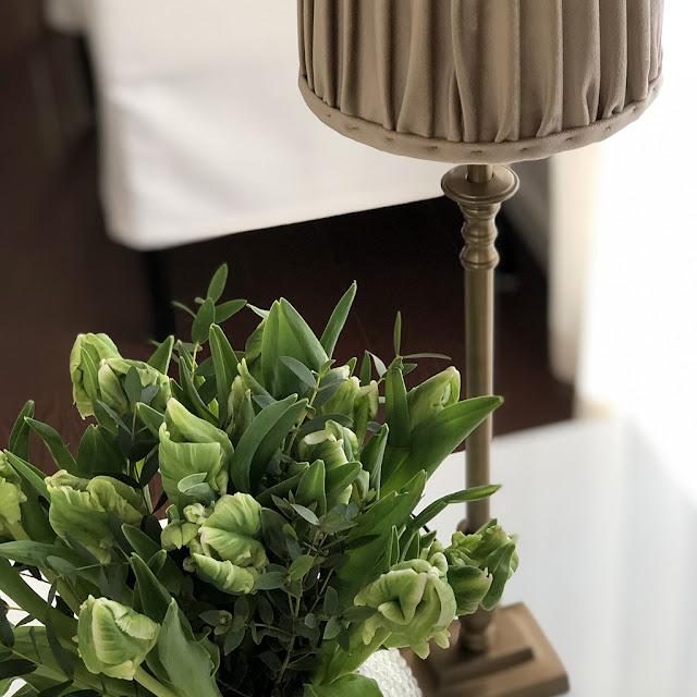 Lampfot Boss från Hallbergs belysning i antik mässing med en lampskärm i sammet.