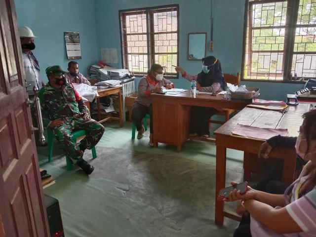 Dengan Cara Komsos Personel Jajaran Kodim 0207/Simalungun Edukasi Vaksin Covid-19 Kepada Masyarakat Binaan