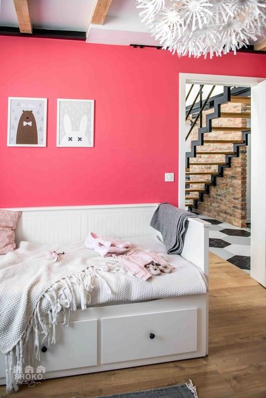dormitorio-cama-plegable-habitacion-infantil-rosa-manta-blanca-estilo-nordico-escandinavo-parquet