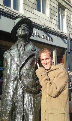 Con la estatua de James Joyce en O´Connell Street en Dublín