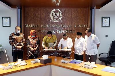 MPR RI dan APKASI Tandatangani MoU Sosialisasi Empat Pilar MPR RI