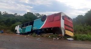 Ônibus capota com 36 passageiros e duas pessoas morrem na BR-135