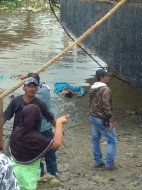 Warga menyaksikan penemuan jenazah korban yang ditemukan di Pelabuhan Teluk Nibung, Tanjungbalai.