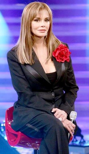 Foto de Lucía Méndez sentada en un programa