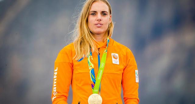 Marit Bouwmeester com a medalha de ouro no peito