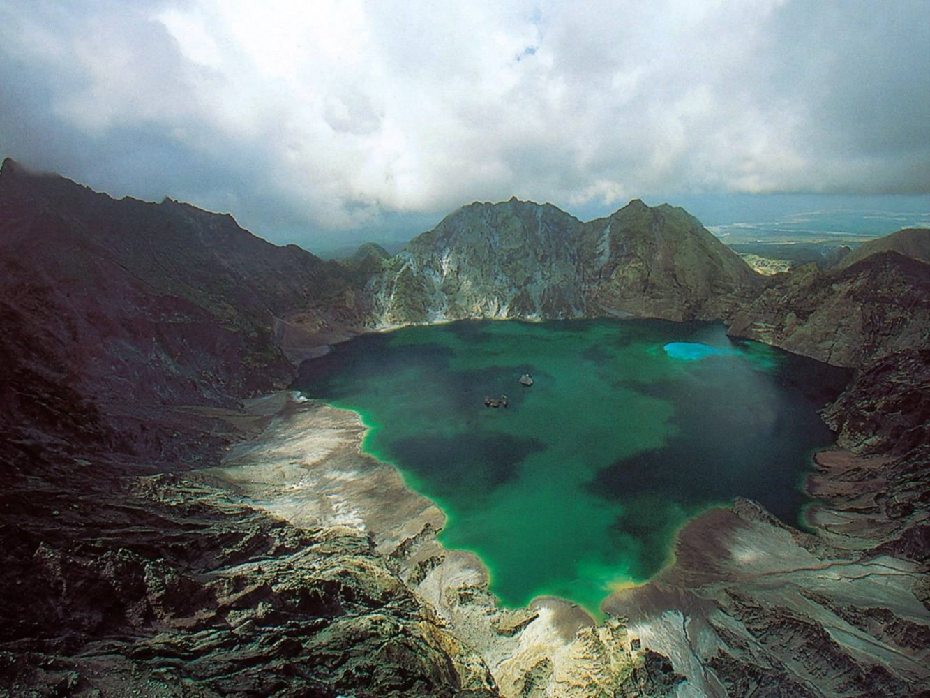 lake pinatubo