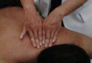 Pada terapi pengobatan pak Pur , Aliran energi listrik disalurkan melalui jari