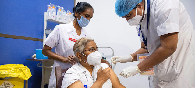 Doctores y trabajadores de la salud han sido los primeros en recibir la vacuna contra el COVID-19 en IndiaUNICEF/Vinay Panjwani