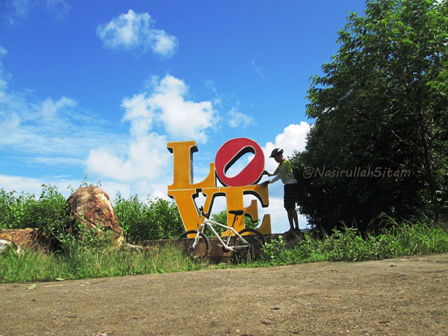 Berfoto di tulisan Love Karimunjawa