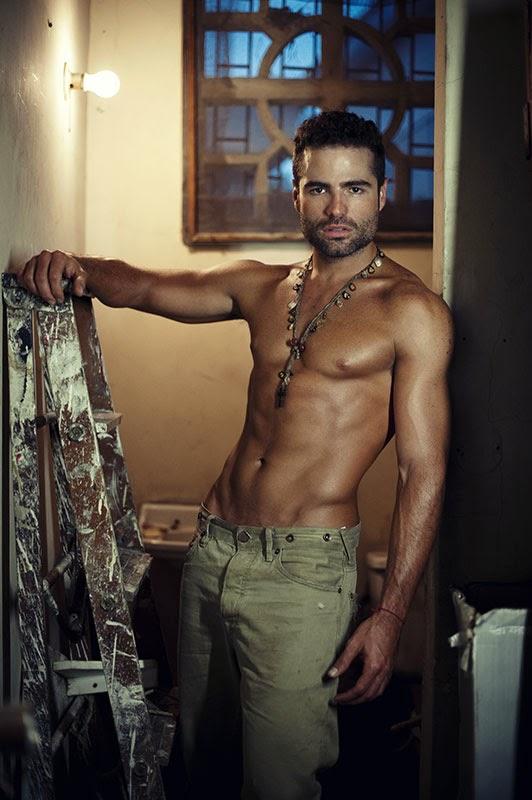 modelo y actor Roberto Manrique sin camisa