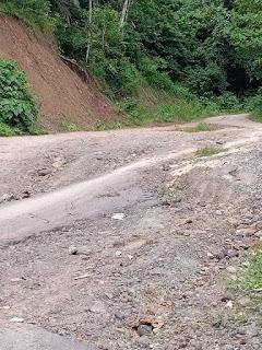 Akses Jalan Warga Desa Tangkuney Tak Kunjung di Perbaiki