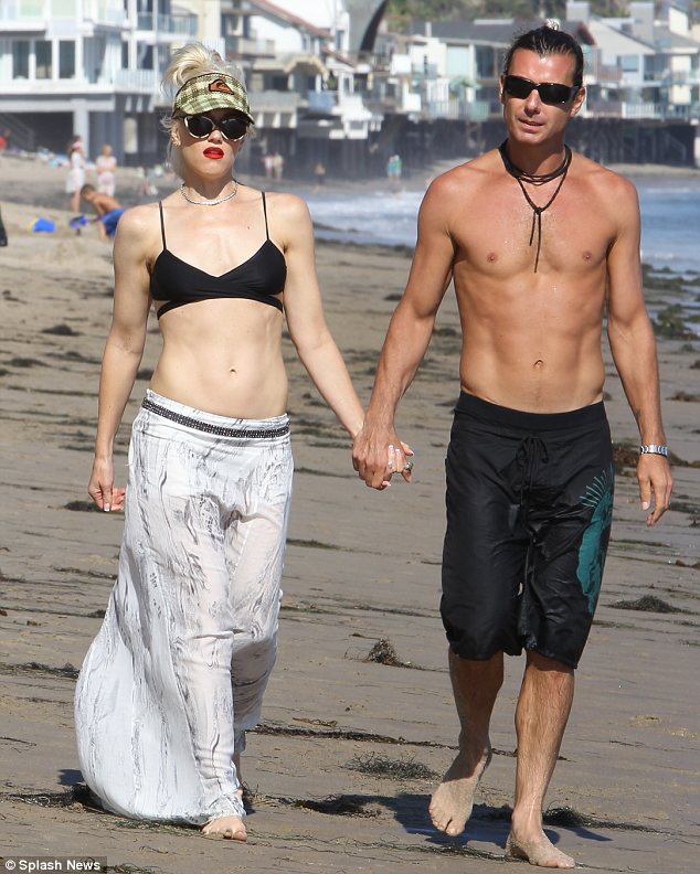 0e65e70c8d6b8 Abs-olutely fabulous  Gwen Stefani and Gavin Rossdale showed off their  matching toned abs as they took a stroll on the beach in Malibu yesterday
