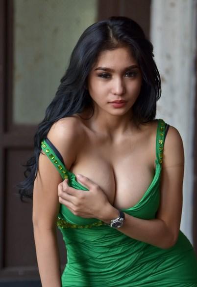 Foto Model-Model Cantik Indonesia Tercantik Nadia Ervina Model Igo Cantik Terbaru Pose Menantang elus dada